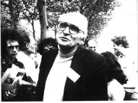 Marco Pannella (a mezzo busto), insieme ad altre persone (si riconosce, in secondo piano, a destra Gianfranco Dell'Alba), nel corso presumibilmente di