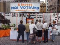 """Presidio al Pantheon della lista Bonino, contro la campagna astensionista sui 7 referendum. Campeggia il festone: """"E invece noi votiamo!"""". Altre digit"""