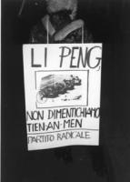 """""""Fiaccolata per la libertà del Tibet e la democrazia in Cina. Manifestante con cartello raffigurante il ragazzo cinese che ferma i carri armati e la s"""
