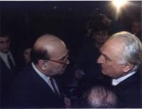 Bettino Craxi e Marco Pannella, faccia a faccia, di profilo, nel corso del 3° Congresso Italiano del Pr. Fra di loro, in secondo piano, il giornalista