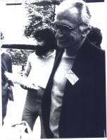 """Ritratto di Pannella, piano americano. Ha un cartellino pinzato a un risvolto della giacca, sul quale si legge: """"Food and disarmament""""."""