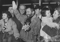 Fiumicino, aereoporto. La famiglia Filipov si ricongiunge. Si riconoscono Antonio Stango e Del Gatto. (BN) ottima, importante