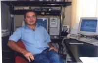 Ritratto di Roberto Cicciomessere, presso l'ufficio di Agorà telematica.