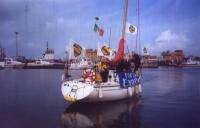 """Una barca (sulla cui fiancata è scritto """"Forza Emma"""") salpa dal porticciolo di Fiumicino. Iniziativa pubblicitaria della lista Bonino per la campagna"""