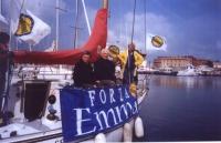"""Una barca (sulla cui fiancata è scritto """"Forza Emma"""") salpa dal porticciolo di Fiumicino. A bordo: Mariano Giustino, Marco Pannella ed Emma Bonino. In"""