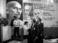 Sergio D'Elia e Rocco Martino (neo iscritti al PR, ex terroristi) felicitati da Aglietta e Bonino al 32° cong II sess del PR. Sullo sfondo le foto di