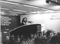 Athos De Luca parla dalla tribuna del 2° congresso italiano del PR (BN)