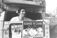 Renè Andreani in digiuno davanti alla sede della RAI perché ci sia informazione sulla campagna contro la fame nel Mondo (BN) ottima