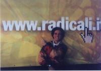Il militante radicale Diego Galli, addita l'indirizzo telematico: WWW. RADICALI. IT.