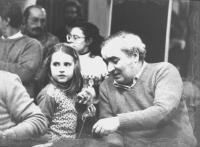 Angiolo Bandinelli (BN) seduto in platea parla con una bambina. Di profilo e con gli occhi chiusi