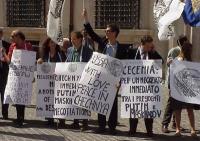 Manifestazione davanti a Palazzo Chigi in occasione di una visita del presidente russo Putin in Italia. Nella foto, da sinistra: Pigi Camici, Veronica