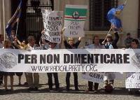 """Manifestazione davanti a palazzo Chigi in occasione della visita in Italia del presidente russo Putin. I manifestanti sollevano lo striscione: """"Per no"""