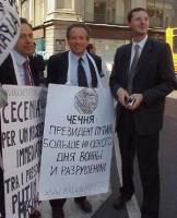 Marco Taradash fra Ernesto Caccavale e Roberto Iezzi, in occasione della manifestazione per l'arrivo del presidente russo Putin in Italia.