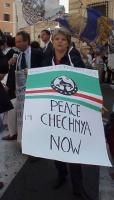 """Ritratto di Rita Bernardini, durante la manifestazione in occasione della visita del presidente russo Putin in Italia. Indossa il cartellone: """"Peace i"""