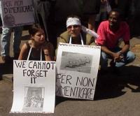 """Manifestazione davanti all'ambasciata cinese, nell'anniversario del massacro di Tienanmen. Sarah Parachini, Olivier Dupuis e Ouattara. Cartelli: """"We c"""