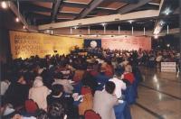 """""""36° congresso PR I sessione. Visione complessiva della sala con scritte in quattro lingue: """"""""democratici di tutto il mondo"""""""""""""""