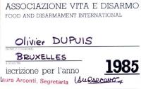 Retro della tessera di iscrizione all'Associazione vita e disarmo (Food and Disarmament International), intestata a Olivier Dupuis, e firmata dalla se