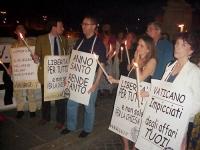 """Fiaccolata anticlericale a castel S.Angelo (""""Liberiamoci del Concordato""""!). Al centro, Franco Grillini. Secondo, da sinistra: Ernesto Caccavale. In pr"""