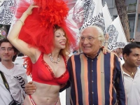 Partecipazione radicale al World Gay Pride. Marco Pannella a braccetto con una drag queen. Altre digitali.