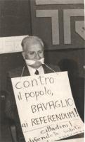 """""""Tribuna Referendum '78. RAI-TV. Mauro Mellini imbavagliato con al collo cartellone: """"""""contro il popolo bavaglio ai referendum! Cittadini! Difendete s"""