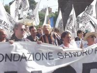 Partecipazione del PR al World Gay Pride. Angelo Pezzana, Marco Pannella, Giuseppe Micheletta ed altri, dietro lo striscione della Fondazione Sandro P