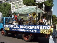 "Partecipazione del PR al World Gay Pride. La Loffredo Jazz Band. Su un fianco del camioncino, lo striscione: ""Stop sexual discrimination""."