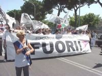 Partecipazione della delegazione del PR al World Gay Pride. Emma Bonino davanti allo striscione del FUORI!.