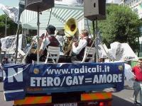 """Partecipazione del PR al World Gay Pride. La Loffredo Jazz Band. Su un fianco del camioncino, la scritta: """"ETEROGAY = AMORE""""."""