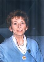 Emma Bonino a una tribuna elettorale (indossa una spilla con il simbolo della lista Pannella).