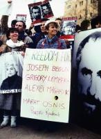 "Emma Bonino partecipa a una manifestazione a favore dei refuznik. Indossa il cartello: ""Freedom for Joseph Begun, Grigory Lemberg, Alexei Magarik, Mar"