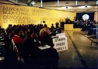 """""""36° congresso PR I sessione. Visione della sala con scritte in quattro lingue: """"""""democratici di tutto il mondo"""""""". Non buona"""""""