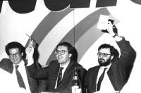 33° congresso straordinario del PR. Taradash, Corleone e Calderisi alzano i loro cartellini per votare (BN)