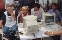 Inaugurazione a Fontana de' Trevi della campagna per le elezioni on line per l'ampliamento del Comitato dei Radicali. Da sinistra: Sergio Stanzani, Em