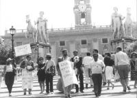"""""""Paolo Pietrosanti, Ivan Novelli e Sergio Rovasio con cartelli al collo """"""""Giubilo, co li pesci in mezzo all'onde"""""""" durante una manifestazione al Campi"""