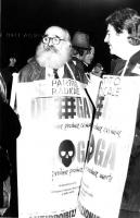 Giordano Falzoni (esperanto) e Teodori con cartello al collo ad una fiaccolata antiproibizionista. (BN) (brutta foto)