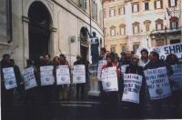 Manifestazione davanti a Montecitorio, in occasione della visita in Italia del ministro cinese Jiang Zemin. Da sinistra: Alessio Falconio, ???, ???, G