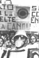 """Manifestazione antinucleare. Su uno striscione, è affisso il logo del sole che ride (""""Energia nucleare? No grazie"""")."""