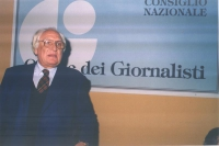 Marco Pannella, di fronte al banner del Consiglio Nazionale dell'Ordine dei Giornalisti.