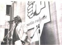 Comizio di Marco Pannella, sotto un grande riquadro raffigurante la rosa nel pugno.