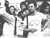 """Roberto Cicciomessere e Rosa Filippini. Sulla t-shirt dell'unA lo slogan: """"No agli eserciti""""; sulla t-shirt dell'altro, il simbolo della nonviolenZA."""