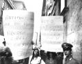 """Donne sostengono due cartelli: """"Anticoncezionali per non abortire - aborto libero per non morire - CISA""""; """"Art. 2: la donna può essere perdonata solo"""
