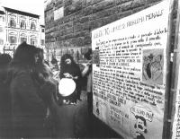 """Donne di fronte a un cartellone, intitolato: """"Aborto = un falso problema morale""""."""