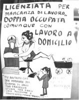 """Cartellone femminista: """"Licenziata per 'mancanza di lavoro'; doppia occupata comunque con lavoro a domicilio""""."""