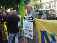 Sergio D'Elia (Nessuno Tocchi Caino) manifesta davanti all'ambasciata americana, per chiedere la sospensione dell'esecuzione capitale di Rocco Barnabe