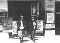 """Due donne escono da un cinema dove si raccolgono firme al referendum per l'abolizione del reato di aborto. All'ingresso, cartelli: """"Firmiamo il refere"""