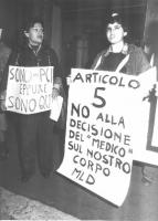 """Manifestazione davanti alla sede del PCI, in via delle Botteghe Oscure, per la legalizzazione dell'aborto. Cartelli: """"Sono del PCI eppure sono qui"""", """""""