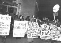"""Manifestazione davanti alla sede del PCI, in via delle Botteghe Oscure, per la legalizzazione dell'aborto. Cartelli: """"L'aborto controllato è dittatura"""