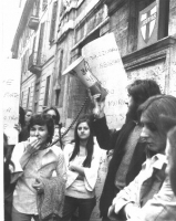 """Manifestazione davanti alla sede della DC per la legalizzazione dell'aborto. In un cartello, parzialmente coperto, è scritto: """"Anticoncezionali per no"""