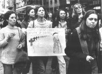 Corteo di donne per la legalizzazione dell'aborto. Una manifestante indossa un cartello sul quale è disegnata una vignetta: voltando le spalle a uno s
