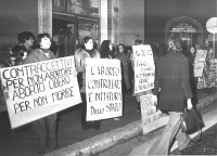 """Manifestazione, davanti alla sede del Partito Comunista, in via delle Botteghe Oscure, per la legalizzazione dell'aborto. Cartelli: """"Contraccettivi pe"""